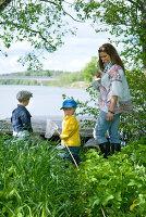 Bildnr.: 11013157<br/><b>Feature: 00790032 - Fr&#252;hling am Fluss</b><br/>Terrassiertes Schwedenhaus<br />living4media / Bj&#246;rnsdotter, Magdalena