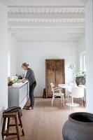 Bildnr.: 11006661<br/><b>Feature: 00790114 - Spiel der Kontraste</b><br/>A country house belonging to an interior designer, Niederlande<br />living4media / Claessens, Bieke