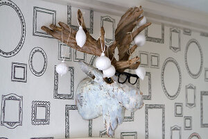Bildno.: 11016643<br/><b>Feature: 00790224 - White Christmas</b><br/>Christmas decorations glazed with plaster<br />living4media / Serrarens, Olga