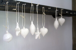 Bildno.: 11016653<br/><b>Feature: 00790224 - White Christmas</b><br/>Christmas decorations glazed with plaster<br />living4media / Serrarens, Olga