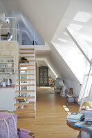 Bildnr.: 11017125<br/><b>Feature: 11017085 - Heller Hochsitz</b><br/>Wohnen im Dachgeschoss eines ehemaligen Postamtes<br />living4media / Heinze, Winfried