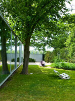 Bildno.: 11017417<br/><b>Feature: 11017413 - Gourmets&#39; Pavilion</b><br/>Working in glass boxes around an old tree<br />living4media / Limbour, Bertrand