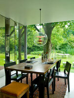 Bildno.: 11017419<br/><b>Feature: 11017413 - Gourmets&#39; Pavilion</b><br/>Working in glass boxes around an old tree<br />living4media / Limbour, Bertrand