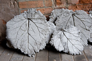 Bildno.: 11018807<br/><b>Feature: 11018783 - Rhubarb to Go</b><br/>Home-made garden stepping stones made from rhubarb leaves<br />living4media / Casper-Zielonka, Susanne