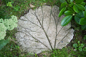Bildno.: 11018811<br/><b>Feature: 11018783 - Rhubarb to Go</b><br/>Home-made garden stepping stones made from rhubarb leaves<br />living4media / Casper-Zielonka, Susanne