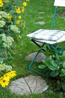 Bildno.: 11018813<br/><b>Feature: 11018783 - Rhubarb to Go</b><br/>Home-made garden stepping stones made from rhubarb leaves<br />living4media / Casper-Zielonka, Susanne