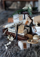 Bildno.: 11032641<br/><b>Feature: 11032638 - Shabby Chic Christmas</b><br/>Vintage Christmas decorations<br />living4media / Bauer, Christine