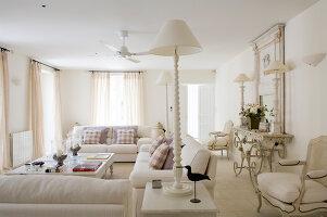 weisses landhaus-wohnzimmer mit moderner sofagarnitur und ... - Moderne Landhaus Wohnzimmer