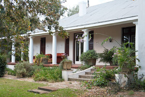 Bildno.: 11059585<br/><b>Feature: 11059541 - Family Ties</b><br/>Renovated farm house, Calitzdorp, South Africa<br />living4media / Scarboro, Simon