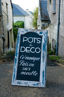 Bildno.: 11061991<br/><b>Feature: 11061984 - A Passion for Patina</b><br/>Charming home decorated in &#39;shabby-chic&#39; in the Loire<br />living4media / Madamour, Christophe