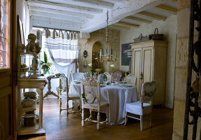Bildno.: 11062057<br/><b>Feature: 11061984 - A Passion for Patina</b><br/>Charming home decorated in &#39;shabby-chic&#39; in the Loire<br />living4media / Madamour, Christophe