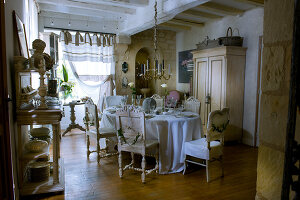 Bildno.: 11062059<br/><b>Feature: 11061984 - A Passion for Patina</b><br/>Charming home decorated in &#39;shabby-chic&#39; in the Loire<br />living4media / Madamour, Christophe