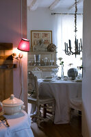 Bildno.: 11062097<br/><b>Feature: 11061984 - A Passion for Patina</b><br/>Charming home decorated in &#39;shabby-chic&#39; in the Loire<br />living4media / Madamour, Christophe