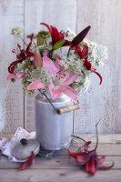 Bildnr.: 11063687<br/><b>Feature: 11063685 - Edel &amp; wild</b><br/>Ideen f&#252;r kreative Blumenstr&#228;u&#223;e<br />living4media / Sch&#252;tz, Anke