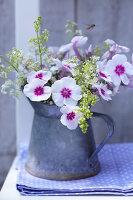 Bildnr.: 11063693<br/><b>Feature: 11063685 - Edel &amp; wild</b><br/>Ideen f&#252;r kreative Blumenstr&#228;u&#223;e<br />living4media / Sch&#252;tz, Anke