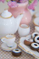 Bildno.: 11090083<br/><b>Feature: 11090073 - It's a Doll's World</b><br/>Teatime in Stepahnie Rathjens' dollhouse<br />living4media / Bannick, Sonja