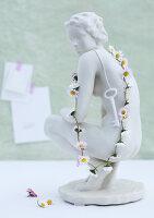 Bildnr.: 11146869<br/><b>Feature: 11146866 - Tausendsch&#246;n</b><br/>G&#228;nsebl&#252;mchen, die Wiesen-Fee unter den Blumen, als Deko<br />living4media / Bauer, Christine