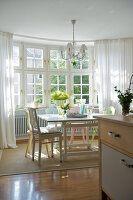 Bildno.: 11153581<br/><b>Feature: 11153570 - Cosy Country</b><br/>Pastel colours and country charm in kitchen dining area<br />living4media / Heinze, Winfried