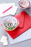 Bildno.: 11182957<br/><b>Feature: 11182929 - Party Fun</b><br/>Decorating ideas using cup cake tin liners<br />living4media / Taube, Franziska