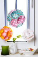Bildno.: 11182963<br/><b>Feature: 11182929 - Party Fun</b><br/>Decorating ideas using cup cake tin liners<br />living4media / Taube, Franziska