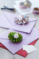 Bildnr.: 11214523<br/><b>Feature: 11214512 - Party-Papier</b><br/>Fr&#246;hlich bunte Deko: Selbstgefaltete Papier-Rosetten<br />living4media / Taube, Franziska