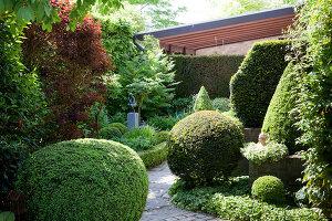 Bildno.: 11223667<br/><b>Feature: 11223659 - Green and Grand</b><br/>Romantic garden in Limburg, Belgium<br />living4media / Pietrek, Sibylle