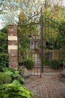 Bildnr.: 11223711<br/><b>Feature: 11223710 - Formvollendet</b><br/>Heerenhof, ein idyllischer Garten in Maastricht<br />living4media / Pietrek, Sibylle