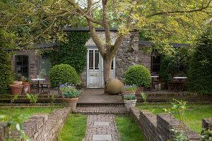 Bildnr.: 11223713<br/><b>Feature: 11223710 - Formvollendet</b><br/>Heerenhof, ein idyllischer Garten in Maastricht<br />living4media / Pietrek, Sibylle