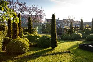 Bildnr.: 11223739<br/><b>Feature: 11223710 - Formvollendet</b><br/>Heerenhof, ein idyllischer Garten in Maastricht<br />living4media / Pietrek, Sibylle