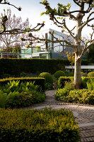 Bildnr.: 11223757<br/><b>Feature: 11223710 - Formvollendet</b><br/>Heerenhof, ein idyllischer Garten in Maastricht<br />living4media / Pietrek, Sibylle