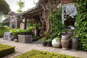 Bildno.: 11223837<br/><b>Feature: 11223835 - Woman's Touch</b><br/>Lush garden in the Netherlands<br />living4media / Pietrek, Sibylle
