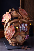 Bildno.: 11239949<br/><b>Feature: 11239933 - Romancing the Leaf</b><br/>Autumn decorations made of leaves<br />living4media / Taube, Franziska