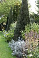 Bildno.: 11247153<br/><b>Feature: 11247147 - A Garden with Tradition</b><br/>Extensive garden surrounding a 16th century house<br />living4media / Herwig, Modeste