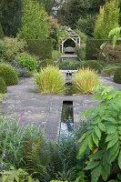 Bildno.: 11247155<br/><b>Feature: 11247147 - A Garden with Tradition</b><br/>Extensive garden surrounding a 16th century house<br />living4media / Herwig, Modeste