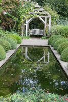 Bildno.: 11247159<br/><b>Feature: 11247147 - A Garden with Tradition</b><br/>Extensive garden surrounding a 16th century house<br />living4media / Herwig, Modeste