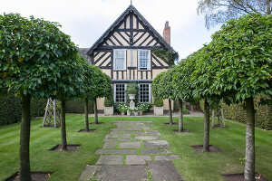 Bildno.: 11247161<br/><b>Feature: 11247147 - A Garden with Tradition</b><br/>Extensive garden surrounding a 16th century house<br />living4media / Herwig, Modeste
