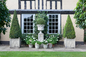 Bildno.: 11247163<br/><b>Feature: 11247147 - A Garden with Tradition</b><br/>Extensive garden surrounding a 16th century house<br />living4media / Herwig, Modeste