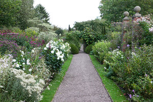 Bildno.: 11247165<br/><b>Feature: 11247147 - A Garden with Tradition</b><br/>Extensive garden surrounding a 16th century house<br />living4media / Herwig, Modeste