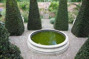Bildno.: 11247167<br/><b>Feature: 11247147 - A Garden with Tradition</b><br/>Extensive garden surrounding a 16th century house<br />living4media / Herwig, Modeste