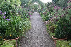 Bildno.: 11247169<br/><b>Feature: 11247147 - A Garden with Tradition</b><br/>Extensive garden surrounding a 16th century house<br />living4media / Herwig, Modeste