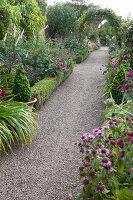 Bildno.: 11247171<br/><b>Feature: 11247147 - A Garden with Tradition</b><br/>Extensive garden surrounding a 16th century house<br />living4media / Herwig, Modeste