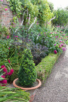 Bildno.: 11247173<br/><b>Feature: 11247147 - A Garden with Tradition</b><br/>Extensive garden surrounding a 16th century house<br />living4media / Herwig, Modeste