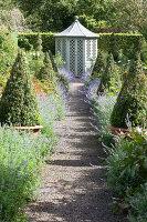 Bildno.: 11247175<br/><b>Feature: 11247147 - A Garden with Tradition</b><br/>Extensive garden surrounding a 16th century house<br />living4media / Herwig, Modeste