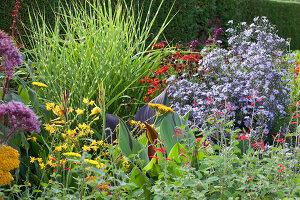 Bildno.: 11247185<br/><b>Feature: 11247147 - A Garden with Tradition</b><br/>Extensive garden surrounding a 16th century house<br />living4media / Herwig, Modeste