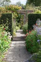 Bildno.: 11247187<br/><b>Feature: 11247147 - A Garden with Tradition</b><br/>Extensive garden surrounding a 16th century house<br />living4media / Herwig, Modeste
