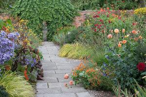 Bildno.: 11247189<br/><b>Feature: 11247147 - A Garden with Tradition</b><br/>Extensive garden surrounding a 16th century house<br />living4media / Herwig, Modeste