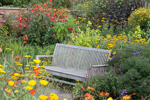 Bildno.: 11247191<br/><b>Feature: 11247147 - A Garden with Tradition</b><br/>Extensive garden surrounding a 16th century house<br />living4media / Herwig, Modeste