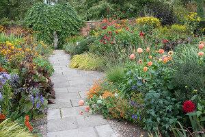 Bildno.: 11247197<br/><b>Feature: 11247147 - A Garden with Tradition</b><br/>Extensive garden surrounding a 16th century house<br />living4media / Herwig, Modeste