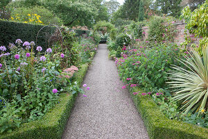 Bildno.: 11247199<br/><b>Feature: 11247147 - A Garden with Tradition</b><br/>Extensive garden surrounding a 16th century house<br />living4media / Herwig, Modeste