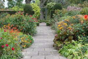 Bildno.: 11247201<br/><b>Feature: 11247147 - A Garden with Tradition</b><br/>Extensive garden surrounding a 16th century house<br />living4media / Herwig, Modeste